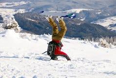 Snowboarder que está em sua cabeça na neve Imagem de Stock Royalty Free