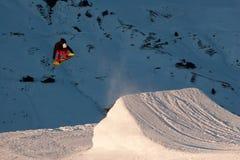 Snowboarder que executa um salto do estilo livre Fotografia de Stock