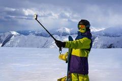 Snowboarder que faz o selfie na vara da câmera da ação Fotos de Stock