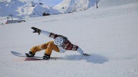 Snowboarder que hace su estilo libre de la competencia de la snowboard del método del truco almacen de metraje de vídeo