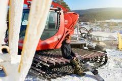 Snowboarder que levanta com Snowcat fotografia de stock