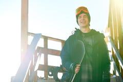 Snowboarder que levanta pela casa do chalé imagem de stock