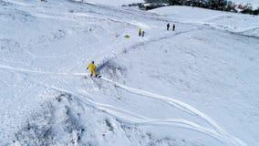 Snowboarder que monta abaixo da inclinação, vista aérea video estoque