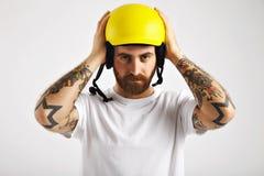 Snowboarder que pone y que ajusta el casco Imagen de archivo