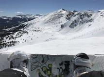 Snowboarder que prepara-se para dirigir abaixo da montanha imagem de stock royalty free