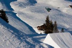 Snowboarder que realiza un salto del estilo libre Imágenes de archivo libres de regalías