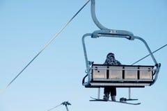 Snowboarder que senta-se na telecadeira Fotografia de Stock Royalty Free