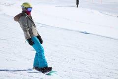 Snowboarder que va abajo de la cuesta Fotografía de archivo