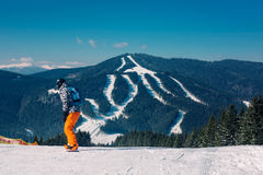 Snowboarder que va abajo de la cuesta Fotos de archivo