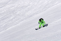 Snowboarder que va abajo de la cuesta en la estación de esquí Foto de archivo libre de regalías