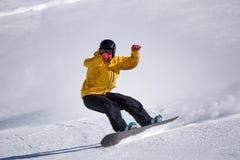 Snowboarder que va abajo de la cuesta en la estación de esquí Fotos de archivo libres de regalías