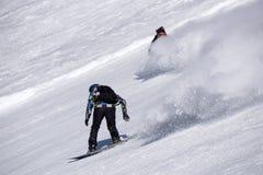 Snowboarder que va abajo de la cuesta en la estación de esquí Imagenes de archivo