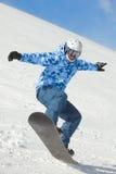 Snowboarder równowagi gdy ziemie po komarnicy Zdjęcia Royalty Free
