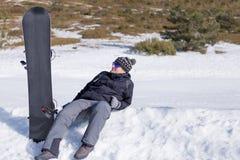 Snowboarder relaksuje na śniegu Fotografia Stock