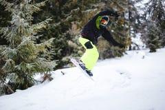 Snowboarder robi sztuczce na kopaczu zdjęcia royalty free