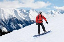 Snowboarder in rood jasje Stock Foto's