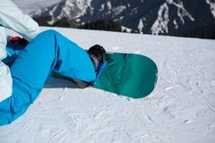 Snowboarder siedzi na skłonu wile jazda na snowboardzie Fotografia Royalty Free
