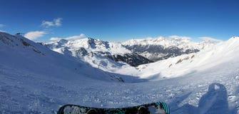 Snowboarder - sikt uppifrån av berget Royaltyfria Foton