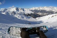 Snowboarder - sikt uppifrån av berget Arkivbilder