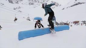 Snowboarder skacze na trampolinie w śnieżnej górze stunts Konkursu wyzwanie ekstremum ski park zdjęcie wideo