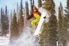 Snowboarder skacze przy offpiste skłonem Zdjęcie Royalty Free