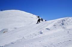 Snowboarder in sneeuwpark bij skitoevlucht op zonnige de winterdag Stock Foto's