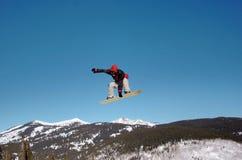 Snowboarder sobre los Rockies Foto de archivo