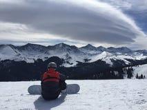 Snowboarder sobre a montanha imagens de stock