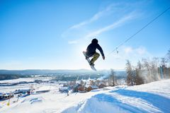 Snowboarder som gör jippon royaltyfria bilder