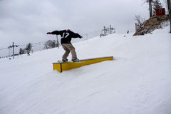Snowboarder som glider en stång royaltyfri fotografi