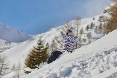 Snowboarder som har en vila arkivbilder