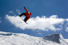 Snowboarder springen lizenzfreies stockbild