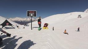 Snowboarder springen auf Sprungbrettwurfsball im Basketballkorb hit extrem stock video