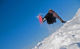 Snowboarder springen in einer Luft, Schnee-Flugwesen Stockbild