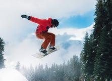 Snowboarder springt zeer hoog stock foto's