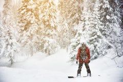 Snowboarder steht den Schnee gefrorenen backcountry Wald Stockfoto
