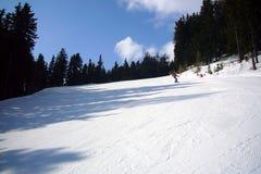 Snowboarder su un pendio del pattino Fotografia Stock Libera da Diritti