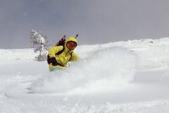 Snowboarder sulla collina Fotografia Stock