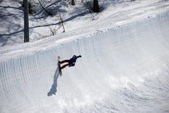 Snowboarder sur demi de journal de pipe Photos libres de droits