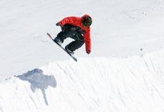 Snowboarder sur demi de pipe de station de sports d'hiver de Pradollano en Espagne Photo libre de droits