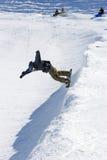 Snowboarder sur demi de pipe de station de sports d'hiver de Pradollano en Espagne image libre de droits