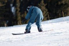 Snowboarder sur le chemin photographie stock