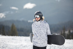 Snowboarder tegen zon en hemel Stock Foto