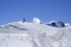Snowboarder in terreinpark bij skitoevlucht op de dag van de zonwinter Stock Afbeelding