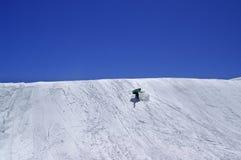 Snowboarder in terreinpark en blauwe duidelijke hemel bij skitoevlucht Royalty-vrije Stock Foto