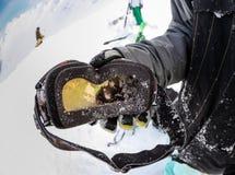 Snowboarder trzyma słońce ochronną maskę Zdjęcie Stock