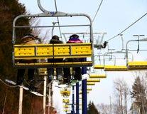Snowboarder u. Skifahrer-Familie auf Sessellift Lizenzfreie Stockbilder