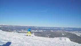 Snowboarder viel onderaan de heuvel stock footage