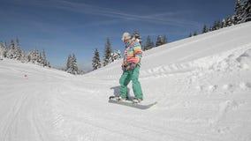 Snowboarder voert trucs uit stock video