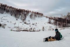 Snowboarder w czarnej hełm jazdie na śnieżnym śladzie obraz stock
